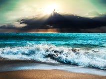 La natura della tempesta del mare con il raggio del raggio di sole e la nuvola infuriano Immagini Stock Libere da Diritti