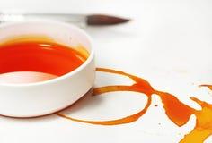 La natura morta artistica con i barattoli di colore ha tinto l'acqua, natura morta Fotografie Stock