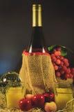 La natura morta colora la segnalazione del vino verde e porpora dell'uva Fotografia Stock Libera da Diritti