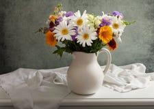 La natura morta con il mazzo dell'estate fiorisce in un barattolo fotografie stock