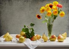 La natura morta con il mazzo dell'estate fiorisce in un barattolo ed in un pisello fresco fotografia stock libera da diritti