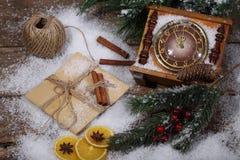 La natura morta del nuovo anno con le ore, la neve ed i rami dell'pelliccia-albero Fotografia Stock Libera da Diritti