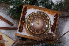 La natura morta del nuovo anno con le ore, la neve ed i rami dell'pelliccia-albero Immagine Stock Libera da Diritti