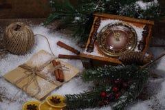 La natura morta del nuovo anno con le ore, la neve ed i rami dell'pelliccia-albero Fotografie Stock