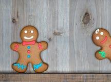 La natura morta di Natale con i biscotti tradizionali del pan di zenzero sopra corteggia Immagine Stock