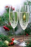 La natura morta di Natale di champagne, pino si ramifica, bacche rosse Fotografia Stock