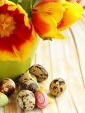 La natura morta di Pasqua con la molla fiorisce i tulipani e le uova di quaglia Fotografia Stock Libera da Diritti