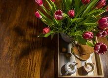 La natura morta di sciroppo olandese tradizionale waffles su un vassoio del servizio fotografie stock libere da diritti