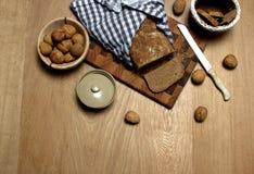 La natura morta di una casa deliziosa ha prodotto il pane con alcune noci dal lato fotografie stock