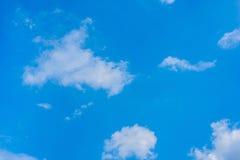 La naturaleza azul hermosa del cúmulo del color de fondo naturen el cielo del tiempo de la opinión de las texturas bluessky Fotos de archivo libres de regalías