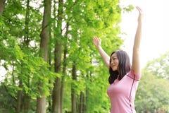 La naturaleza causual descuidada libre del abrazo del abrazo de la muchacha de la belleza disfruta de buen tiempo en Forest Park fotos de archivo