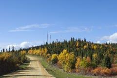 La naturaleza del otoño de Alaska coloreó las montañas y el cielo azul con las nubes Imagen de archivo libre de regalías
