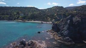 La naturaleza hermosa de la costa costa mediterránea del abejón, cámara se está moviendo sobre la agua de mar metrajes