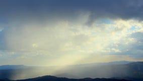 La naturaleza hermosa de la mañana, luz del sol abre en la niebla gruesa sobre las montañas, cielo metrajes