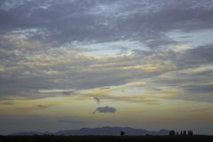 La naturaleza tiene las montañas y nubes del cielo en la tarde foto de archivo libre de regalías