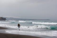 La naturaleza volcánica atlántica Portugal Azores de la playa del océano del funcionamiento de la muchacha es Foto de archivo