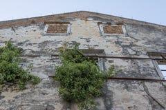 La naturaleza vuelve a tomar un edificio arruinado abandonado Imagenes de archivo