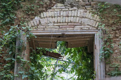La naturaleza vuelve a tomar un edificio arruinado abandonado Imagen de archivo libre de regalías