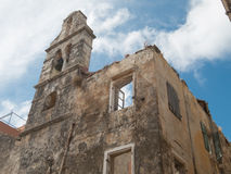 La naturaleza vuelve a tomar una iglesia constructiva ruinded abandonada Imagen de archivo