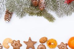 La naturaleza y la comida de la Navidad enmarcan la frontera en blanco Imagen de archivo libre de regalías