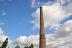 La nature bat l'usine Paysages de tuyau et de ciel photos libres de droits