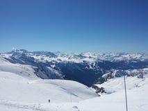 La nature blanche de ski de neige de beaux Alpes français apprécient, regardent mars Photographie stock libre de droits