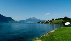 La nature de la Suisse : lacs, montagnes et prés Photo libre de droits