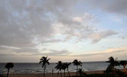 La nature peint un tableau créatif chaque début de soirée au-dessus de l'océan avec ses formations constamment en évolution de nu Image stock