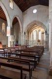 La navata, la navata laterale e l'altare della chiesa medievale di Santa Cruz Fotografie Stock Libere da Diritti
