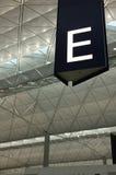 La navata laterale firma dentro l'aeroporto Fotografie Stock Libere da Diritti