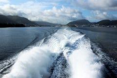 La nave ad alta velocità ondeggia dietro la nave da crociera Immagini Stock Libere da Diritti