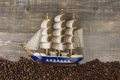 La nave agita de la opinión hermosa del fondo de las imágenes de los granos de café la tabla de madera lateral El concepto de se  Imagen de archivo libre de regalías