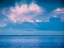 La nave alta sull'orizzonte traversa il vasto oceano Fotografia Stock