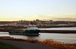 La nave appoggio dell'impianto offshore di Havila Nettuno del norvegese lascia Aberdeen Fotografia Stock