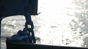 La nave barge dentro la roccia dell'onda del mare porta l'acqua della spruzzata del carico video d archivio