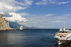 La nave blanca Margate se coloca en los turistas que esperan del embarcadero para en la bahía cerca de la ruta popular de la excu foto de archivo