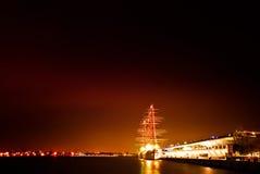 La nave d'annata si è messa in bacino al pilastro di Oshanbashi, Yokohama, Giappone alla notte Immagini Stock