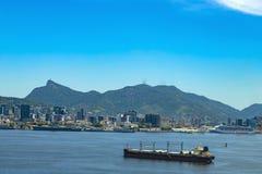 La nave da carico arriva alla baia di Guanabara nella città di Rio de Janeiro, Brasile fotografia stock