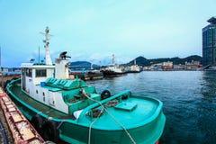 La nave da carico ha parcheggiato al bacino a Mojiko, Kitakyushu, Fukuoka, Giappone fotografie stock libere da diritti