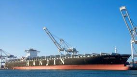 La nave da carico HANJIN JUNGIL attende l'assistenza partire dal porto di Oakland fotografia stock