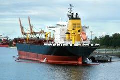 La nave da carico sta caricando Fotografie Stock