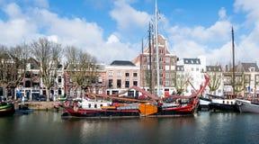 La nave da carico storica della navigazione ha attraccato nella città olandese di Dordrech Immagine Stock