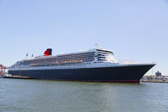La nave da crociera di Queen Mary 2 si è messa in bacino al terminale di crociera di Brooklyn Immagine Stock