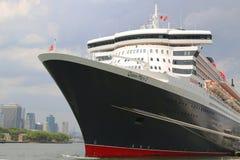 La nave da crociera di Queen Mary 2 si è messa in bacino al terminale di crociera di Brooklyn Fotografie Stock Libere da Diritti