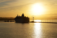 La nave da crociera durante il tramonto nel porto di Kerkyra Immagini Stock