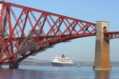 La nave da crociera ed avanti getta un ponte su Fotografie Stock Libere da Diritti