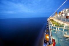 La nave da crociera galleggia alla notte Fotografie Stock