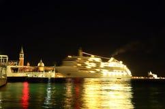 Immagini di riserva di nave da crociera alla notte con illuminazione