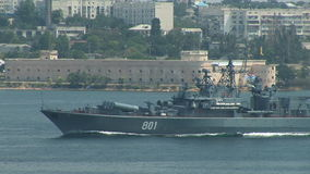 La nave da guerra russa entra negli esercizi stock footage