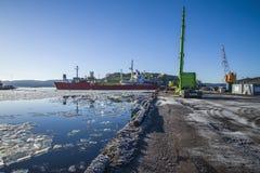 La nave da vuelta alrededor en la bahía de halden el puerto Fotos de archivo libres de regalías